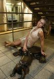 Sexy Frau, die an der 14. Straße NYC sitzt Stockfotos