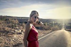 Sexy Frau, die ein rotes Kleid trägt Lizenzfreie Stockfotografie