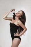 Sexy Frau, die Früchte isst Stockfotografie