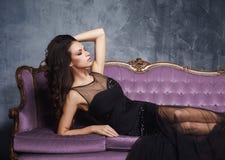 Sexy Frau, die im Kleid im Weinleseinnenraum aufwirft lizenzfreie stockfotos