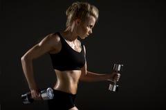 Frau, die körperliche Bewegung tut Stockbild