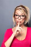 Sexy Frau, die kurzsichtiges Sehvermögen mit Diskretion hält Stockbilder