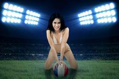 Sexy Frau, die mit einem Ball aufwirft Lizenzfreie Stockfotografie