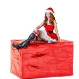 Sexy Frau, die rote Weihnachtsmann-Kleidung trägt Stockfotografie