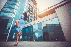 Sexy Frau geht in die moderne Stadt Stockbilder