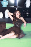 Sexy Frau im Abendkleid der Seide mit glänzenden Skalen Stockfotos