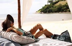 Sexy Frau im Badeanzug und in Hut, die auf Strand von Phuket sich entspannen Stockbilder