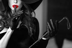 Sexy Frau im Hut, der keinem Gespräch selektiven Farbton zeigt Lizenzfreie Stockfotos