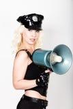 Sexy Frau im Karnevalskostüm weiblicher Polizeibeamte, der Megaphon hält Lizenzfreies Stockbild
