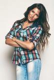 Sexy Frau im Karohemd und in den Jeans Stockfotografie