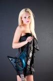 Sexy Frau im Kleid mit E-Gitarre Stockfoto