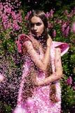 Sexy Frau im rosa Kleid mit Konfettis Lizenzfreie Stockfotos