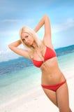 Sexy Frau im roten Bikini auf dem Strand Lizenzfreie Stockbilder