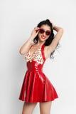 Sexy Frau im roten Latexkleid mit Sonnenbrille Lizenzfreie Stockfotos