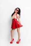 Sexy Frau im roten Latexkleid mit Sonnenbrille Lizenzfreie Stockbilder