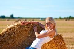 Sexy Frau in kurze Jeanshose auf Feld Stockbild