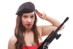 Mädchen, das Gewehr islated auf weißem Hintergrund hält Stockfoto