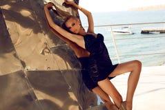 Sexy Frau mit dem blonden Haar im eleganten schwarzen Kleid Lizenzfreie Stockfotografie