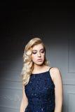 Sexy Frau mit dem langen blonden Haar im dunkelblauen Kleid Lizenzfreies Stockbild
