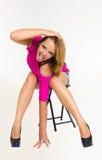 Sexy Frau mit der durchbohrten Zunge, die auf einem Stuhl sitzt Stockbild