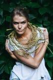 Sexy Frau mit goldener Halskette auf Natur Lizenzfreies Stockfoto