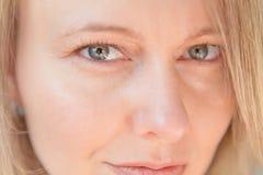 Sexy Frau mit grünen Augen und Flirty Ausdruck stockbilder