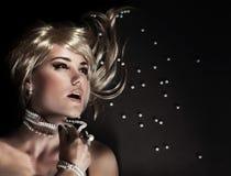 Sexy Frau mit heftigen Perlen Stockbilder