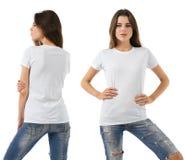 Frau mit leerem weißem Hemd und Jeans Stockbilder