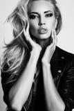 Sexy Frau mit Make-up des blonden Haares und des Abends, trägt Lederjacke Lizenzfreie Stockfotografie