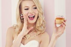 Sexy Frau mit Muffin lizenzfreies stockbild