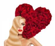 Sexy Frau mit rotem Herzen von Rosen-Blumen Stockbilder
