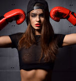 Frau mit roten Boxhandschuhen am Turnhallenkonzept über Sport Lizenzfreie Stockfotografie