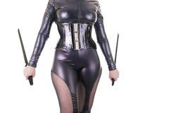 Sexy Frau mit schwarzen Klingen Lizenzfreie Stockbilder
