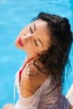 Sexy Frau nahe Swimmingpool Stockbilder
