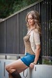 .sexy-Frau provozierend gekleidet und aufwerfend auf Straße Stockfoto