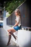 .sexy-Frau provozierend gekleidet und aufwerfend auf Straße Stockbild