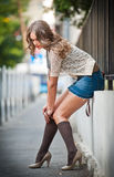 .sexy-Frau provozierend gekleidet und aufwerfend auf Straße Stockbilder