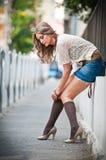 .sexy-Frau provozierend gekleidet und aufwerfend auf Straße Stockfotos