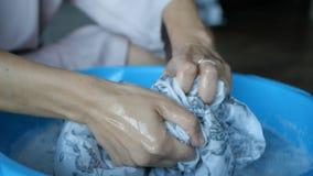 Sexy Frau wäscht sie Kleidung im Becken stock video footage