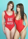 Sexy Frau zwei, die einen sexy roten Bikini trägt Stockfotografie