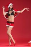 Sexy Frauen in der Kleidung von Santa Claus mit Weihnachtsgeschenk Lizenzfreies Stockfoto