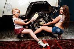 Frauen, die Auto waschen Lizenzfreie Stockfotos
