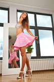 Sexy Frauen, die Miniröcke tragen lizenzfreie stockbilder