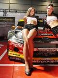 Sexy Frauen-Modelle auf Rennwagen Lizenzfreie Stockfotografie