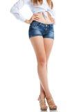 Sexy Frauenbeine in den Baumwollstoffkurzen hosen, lokalisiert auf weißem Hintergrund Lizenzfreie Stockfotografie