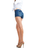 Sexy Frauenbeine in den Baumwollstoffkurzen hosen, lokalisiert auf weißem Hintergrund Lizenzfreie Stockbilder