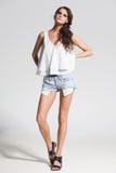 Sexy Frauenmodell kleidete zufälliges und warf im Studio auf Stockfoto