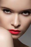 Sexy Frauenmodell mit den hellen roten Beerenlippen richten her Art und Weiseart Lizenzfreie Stockfotografie