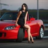 Sexy Frauenporträt der attraktiven Schönheit mit Auto Stockbild