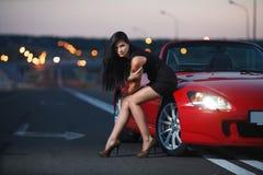 Sexy Frauenporträt der attraktiven Schönheit mit Auto Stockfotos
